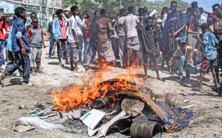 A protest in Somalia. The country, which faced its worst political crisis in recent years after the failure to hold planned elections in February, will hold elections in 60 days. PHOTO   FILE