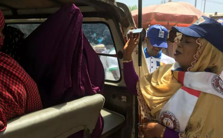 Au Tchad, opération de sensibilisation dans les marchés pour convaincre les gens d'aller voter. © RFI/Alexandra Brangeon