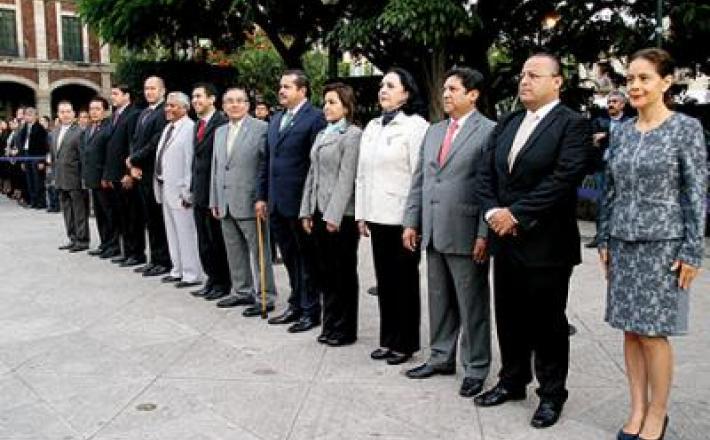 Honores. Los coordinadores de los grupos parlamentarios y diputados en los Honores al Lábaro Patrio en la Plaza de Armas.