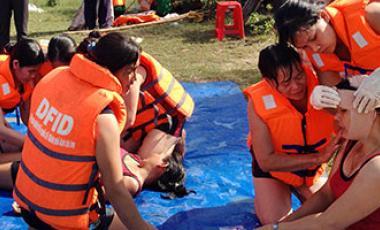 Una capacitación en Rescate y Primeros Auxilios en Viet Nam hace parte de la preparación para el riesgo de los desastres. Foto: ONU Mujeres