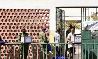 Military personnels carriy ballot boxes and voting equipment to a polling station in Praia, on April 17, 2021, on the eve of the parliamentary elections.   -   Copyright © africanews SEYLLOU / AFP