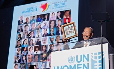 En la celebración del 10 de marzo, el Secretario General de la ONU Ban Ki-moon muestra con orgullo una colección de fotos del número récord de mujeres que el ha nombrado en puestos de liderazgo en la ONU durante su mandato. Foto: ONU Mujeres/J. Carrier -