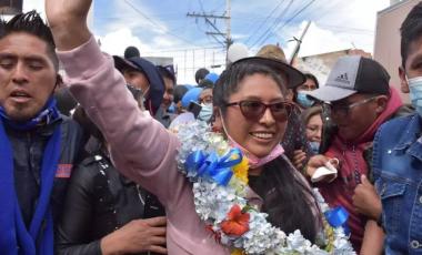 L'ex-présidente du Sénat, Eva Copa, dans les rues d'El Alto, qui surplombe La Paz, avec ses partisans, au lendemain de sa victoire électorale écrasante aux municipales de mars 2021. © Bureau de presse d'Eva Copa