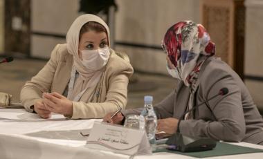 مشاركتان في ملتقى الحوار السياسي الليبي (ياسين قائدي/ الأناضول)