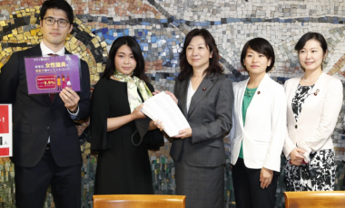 Civic group members (L) submit a petition requesting more female representation among parliamentary candidates to ruling party lawmaker Seiko Noda (C) on Oct. 8 in Tokyo. (Kyodo)