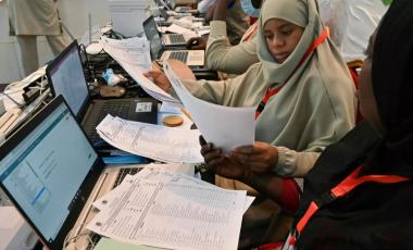 Les responsables de la Commission électorale nationale indépendante du Niger compilent les résultats de l'élection présidentielle et législative au Palais des Congrès de Niamey le 29 décembre 2020. AFP - ISSOUF SANOGO