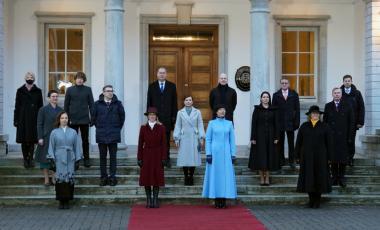 رئيسة إستونيا وإلى يمينها رئيسة الوزراء مع أعضاء الحكومة الجديدة (رويترز)