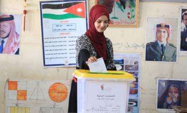 مواطنة تقترع في الانتخابات النيابية السابقة بمادبا-(تصوير: محمد مغايضة)