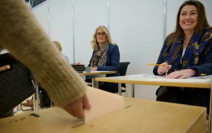 Une femme vote dans la région de Reykjavik, en Islande, le 25 septembre 2021, lors des élections législatives. © AFP
