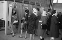 14 novembre 1970: des femmes ont déjà la possibilité de voter au niveau cantonal. Le canton de Vaud fait office de pionnier. [STR - Keystone]