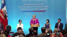 Bachelet firma el proyecto que permite interrumpir el embarazo en caso de riesgo para la vida de la madre, inviabilidad fetal y violación
