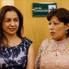 Primera vicepresidenta del Perú, Marisol Espinoza, y la congresista peruana Natalie Condori (d) participan hoy, lunes 17 de noviembre de 2014, en una reunión en Santiago (Chile)